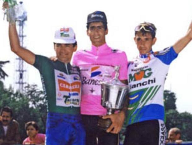 indurain-escoltado-por-chiapucci-y-chioccioli-en-el-podio-del-giro-de-italia-de-1992 (1)
