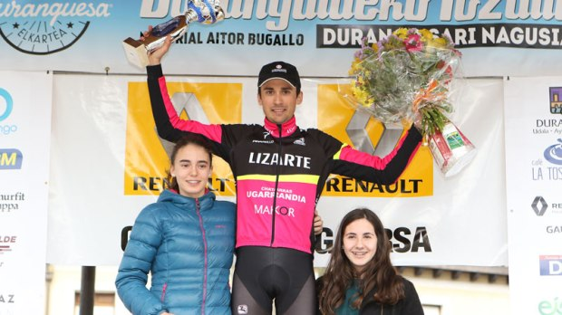 Óscar Rodríguez celebrando su victoria en el podio